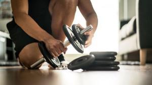 Kućni trening program: 8 vježbi sa samo dva ručna tega