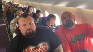 Staviti dva Strongmana da u avionu sjede jedan do drugog je ogromna greška