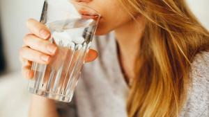 Koliko je realna mogućnost da često pijenje vode može eliminisati virus?
