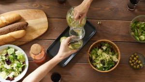 Sirova hrana: prednosti i mane