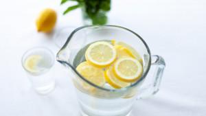 Na koje načine je voda s limunom odlična za vas?