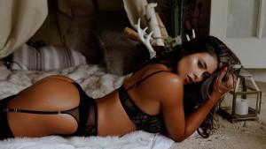 Vatrena Kolumbijka časti fanove izdanjima u bikiniju