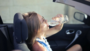 Zašto nije poželjno piti vodu iz plastične boce koja je stajala u autu?