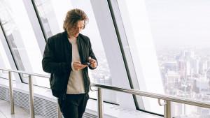 Zašto ne trebate buljiti u telefon dok hodate?