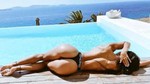 Atraktivna brineta izgleda fenomenalno kad se skine u bikini