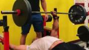 >100 kg na benchu jednom rukom? Nije problem