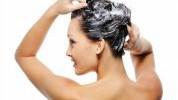 Pet grešaka tokom pranja kose koje je uništavaju