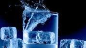 Kockice leda u piću i razlozi zbog kojih su opasne