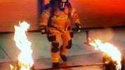 >Super vatrogasac: Podigao 270 kg tegova koji gore