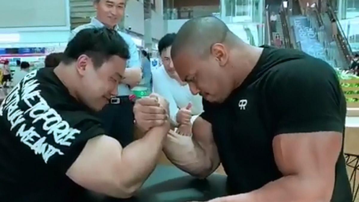 Snažni Larry Wheels protiv koreanskog Hulka: Ko je jači u obaranju ruke?
