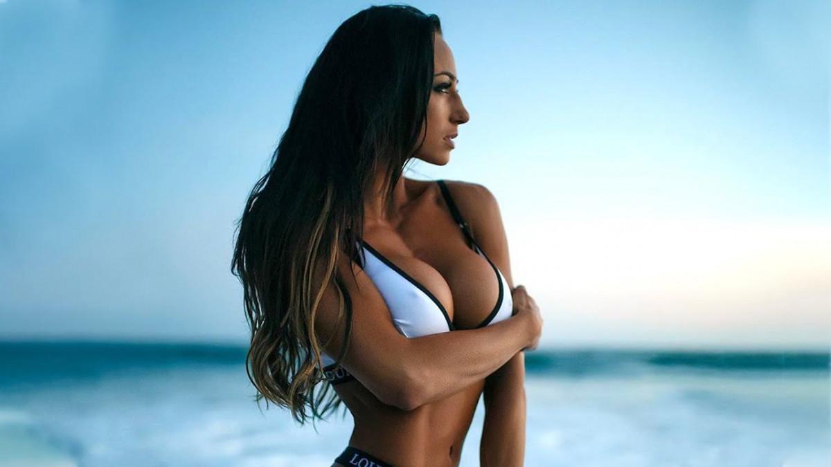 Njeno tijelo je dovedeno do savršenstva, a seksipilna Amy može biti uzor svima