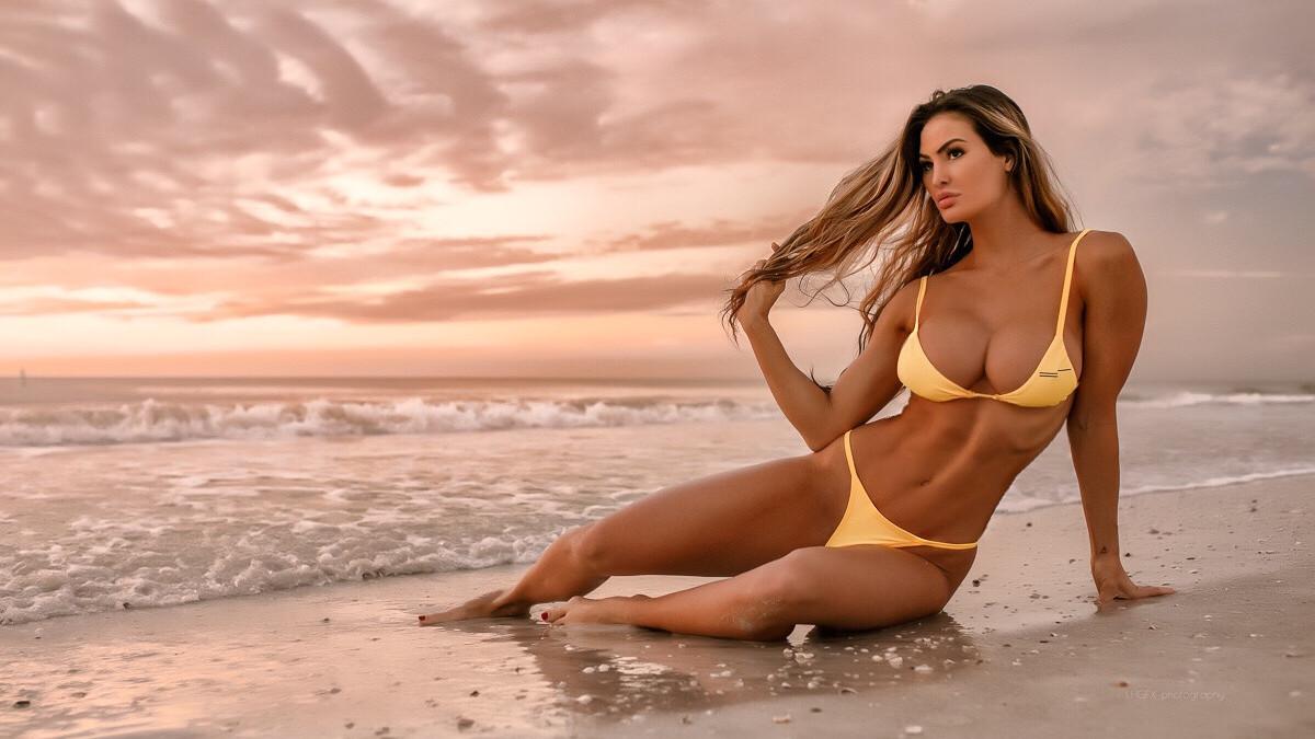 Senzualna Katelyn izgleda fenomenalno kada se skine u bikini