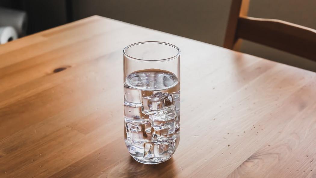 Popijte čašu vode prije spavanja kako biste očistili tijelo