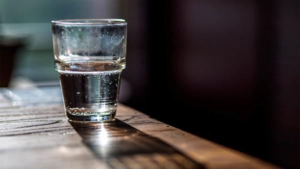 Zašto ne treba piti vodu koja je stajala na stolu tokom noći?